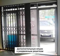Раздвижная решетка-гармошка на двери в магазин